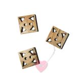 Bonfanti - quadratischer Hornknopf mit Lochschnitzerei 2-Loch-Knopf aus Horn