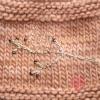 Handgestrickte Pulswärmer aus warmem Merinogarn mit goldener Perlenstickerei detail Eichhörnchen